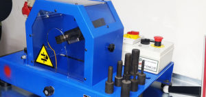 Profesjonalne urządzenie renomowanej włoskiej firmy o+p do skórowania przewodów hydraulicznych wysokiego ciśnienia. Pozwala w precyzyjny sposób usunąć w zależności od potrzeb zewnętrzną lub wewnętrzną warstwę osłonową przewodu tak by tuleja zaciskowa zakuta została bezpośrednio na stalowym oplocie co zwiększa wytrzymałość połączenia.
